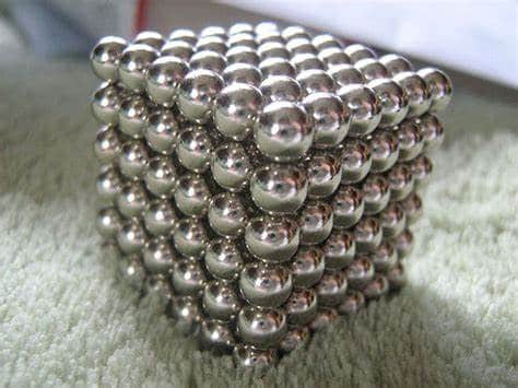 Aus vielen kleinen Neodym Magnet-Kugeln ist ein Würfel gebaut worden.