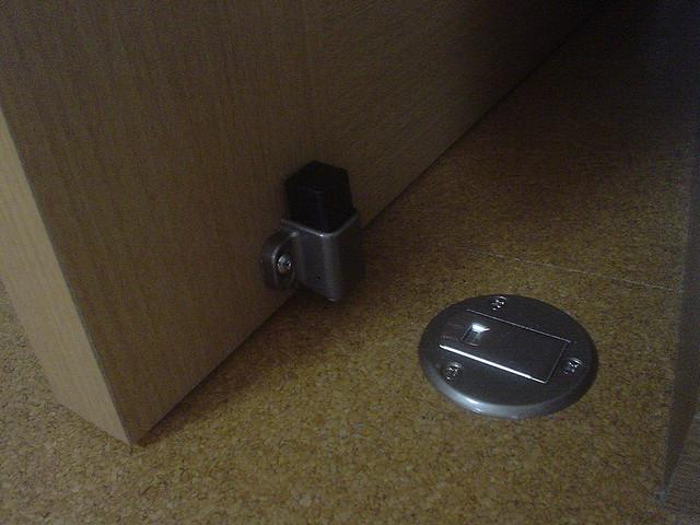 Eine Tür schließt durch einen Magneten.