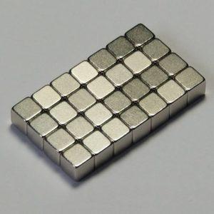 Viele kleine silberne Würfel bilden zusammen eine Tafel.