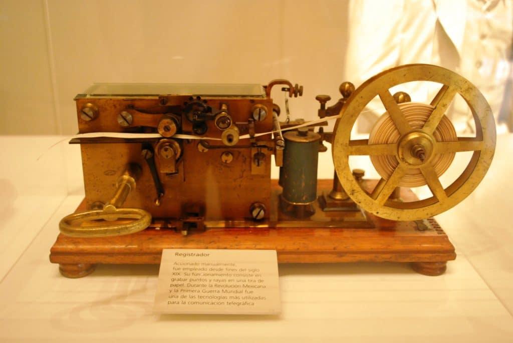 Aus einer Uhr, einer Staffelei und einem elktromagneten baut Morse den ersten Telegrafen